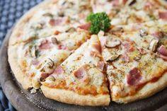 Nu doar pastele pot fi gatite in stil Carbonara, ci si pizza! Si iese un deliciu pe care cu siguranta il vei prepara cu fiecare ocazie. Pentru aceasta reteta poti alege sa folosesti un blat de cumparat sau poti prepara aluatul de pizza in casa.