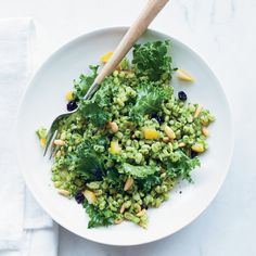 Kale does double duty in this barley salad recipe: pureed into pesto and torn into pieces. It& the perfect make-ahead side dish. Kale Recipes, Detox Recipes, Kale Pesto, Pesto Salad, Kale Salads, Arugula, Pesto Dishes, Barley Salad, A Food