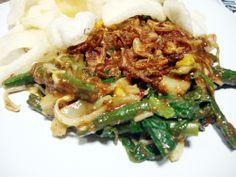 Gado-gado adalah salah satu makanan yang berasal dari Indonesia yang berupa sayur-sayuran yang direbus dan dicampur jadi satu, dengan bumbu atau saus dari kacang tanah yang dihaluskan disertai irisan telur dan di atasnya ditaburkan bawang goreng.