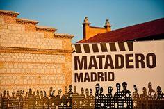 Madrid – eine Stadt voller Kontraste … zum Kunstzentrum      Der skurrile Ausflug sollte mit einem Abstecher ins hochinteressante Kunstzentrum Matadero abgeschlossen werden, wo Ausstellungen, Kunstaktionen, eine Kinderspielwiese und Cafeteria locken. Mit dem Fahrrad lässt es sich auch prima den Fluss entlangradeln. Die weniger befahrene Strecke führt in Richtung Süden, wo der Manzanares inmitten der Arbeiterviertel fast schon wieder Wildbachcharakter annimmt.