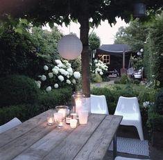 Leuke kaarsen op tafel voor de romantische zomeravonden