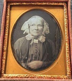 ELDERLY-WOMAN-WHITE-HAIR-STRIKING-EYES-BROOCH-1-9-CASE-DAGUERREOTYPE-PHOTO-D195