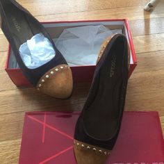 """NWOT Aerosoles """"Know It All"""" Loafers NWOT Dark Brown/Light Brown Suede Loafers with accent gold detail. AEROSOLES Shoes Flats & Loafers"""