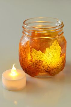 diy fall decor These mason jar leaf lanterns are SO PRETTY and they're so easy! This is such a great DIY fall decoration! Perfect for a fall mantle or thanksgiving table! Halloween Mason Jars, Fall Mason Jars, Mason Jar Candle Holders, Mason Jar Candles, Pot Mason Diy, Mason Jar Crafts, Thanksgiving Tafel, Thanksgiving Crafts, Thanksgiving Decorations
