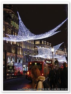 Luces de Navidad horizontales   Mallas de luz LED o Incandescente entretejidas entre si y montadas horizontalmente en Oxford Street, London(UK).