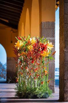 Church Flower Arrangements, Floral Arrangements, Deco Floral, Floral Design, E Flowers, Flower Installation, Cascade Bouquet, High Art, Ikebana