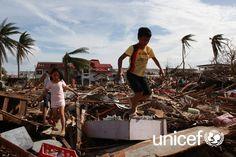Notfall Philippinen: Zerstörte Straßen, herumfliegende Blechdächer, schwere Überschwemmungen. www.unicef.at