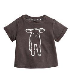 Mørk grå/Lam. BABY EXCLUSIVE/CONSCIOUS. En t-shirt i myk trikot av økologisk bomull. Den har trykk foran og trykk-knapper på skuldrene. Korte ermer med
