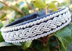 Классический кожаный скандинавский браслет с плетением из оловянно-серебряной нити. Ширина 1.5 см.