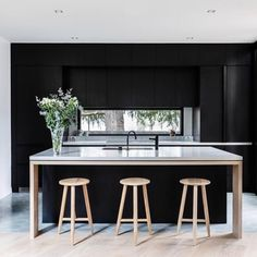Design inspo: Beautiful black kitchens - STYLE CURATOR Designing a new kitchen and thinking of using black cabinets? Here are the best black kitchens Home Interior, Interior Design Kitchen, Modern Interior Design, Design Interiors, Interior Architecture, Black Interiors, Black Kitchens, Home Kitchens, Kitchen Black