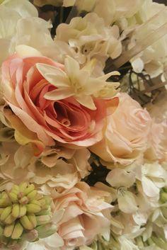 #roses  #fresh #flowers #floral #arrangement #flora #pastel #colours #nature #flowerlovers #dreamer #romantic #hues #dreamy #picture #perfect #photo #flowergram #beautiful 🌷 #AksharChoudreeFineJewellery #jewellerydesign #design #inspiration #spring