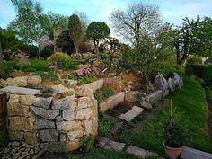Terénní nerovnosti každou zahradu osvěží a ozvláštní. Jaroslav je využil k vybudování kamenných zídek.