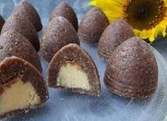 Ořechové úlky bez mouky a bez pečení | Suroviny: 400 g tmavé sušenky 170 g mleté vlašské ořechy 150 g moučkový cukr 2 ks bílky 2 lžíce kakao 120 g máslo rum mléko podle potřeby Náplň: 2 ks žloutky 100 g máslo 100 g moučkový cukr