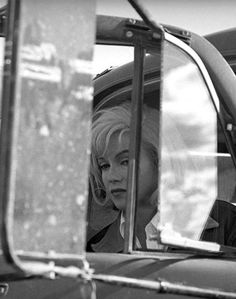 Marilyn Monroe on the set of The Misfits (1961, dir. John Huston) Photo by Eve Arnold.