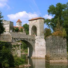 Château et village Sauveterre-de-Béarn. Du chateau il subsiste principalement un donjon carré, dite tour Montréal, édifié au 12°s. Il reste aussi une portiondu pont fortifié emporté par une crue au 18°s. La belle église, le site naturel charmant et le village constituent des attraits supplémentaires