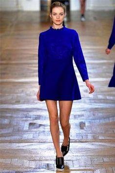 Scarpe nere con vestito blu elettrico Sfilata Di Moda 9c24dc1def7