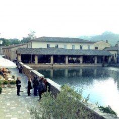 Sisters in travel-tour por montalcino-montalcino-itália-bagno vignoni-Piazza Delle Sorgenti