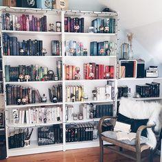"""4,262 aprecieri, 46 comentarii - nils 📖☕️✨ (@bunteschwarzweisswelt) pe Instagram: """"🇩🇪Sortiert ihr eigentlich manchmal euer Bücherregal aus?🙈 Ich habe letztens viele Bücher…"""""""