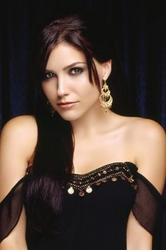 Sophia Bush can really get a look that just draws me to her. This is one of those looks. Oh Sophia.....