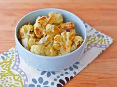 Roasted cauliflower. Very easy, fast and above all tasty. Just cauliflowers, with a sprinkle of oil (optional) so that it doesn't stick. Add seasoning (optional).