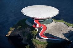 Museum of Contemporary Art - MAC Niterói, RJ, Oscar Niemeyer. The idea of ​​the architect was the similarity with a flower