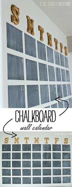 Haz un calendario de pizarrón.  Sólo necesitas pintar tu pared con pintura de pizarrón, traza antes las líneas para que esas no se queden marcadas.