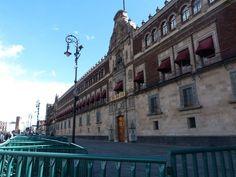 PALACIO NACIONAL Es la sede del poder ejecutivo de México y uno de los edificios más emblemáticos de la ciudad. En su construcción podemos encontrar elementos neoclásicos, barrocos y neocoloniales, durante la segunda década del siglo XX fue añadido el tercer nivel. En su interior, patios, corredores y salones han sido testigos de los acontecimientos más importantes de la historia mexicana.