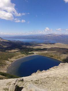 Volcán Batea Mahuida, Villa Pehuenia, provincia de Neuquén, Argentina. Cerca del eje limítrofe con Chile el centro del volcán ofrece una pequeña laguna y desde la cima se aprecia por detrás el lago Aluminé.