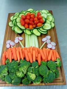 Rita McDonald from Baker Place Elementary School Nutrition … for making this gorgeous Flower Veggie Tray for her the NAC graduation party. She consistently goes above and beyond the call of 'duty' to enjoy delicious … Veggie Platters, Food Trays, Veggie Tray, Vegetable Trays, Party Trays, Party Platters, Fruit And Veg, Fruits And Veggies, Easter Recipes