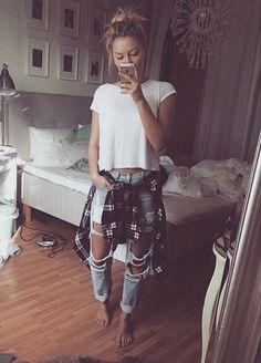 Super Chic Ways To Wear Boyfriend Jeans cute and edgy outfit with ripped boyfriend jeans.cute and edgy outfit with ripped boyfriend jeans. Look Fashion, Teen Fashion, Autumn Fashion, Spring Fashion, Grunge Fashion, Hipster Fashion, Fashion 2018, Fashion For Teens, Hipster Photo