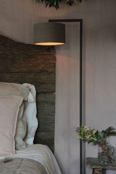 Slaapkamer landelijk sober #bedroom #bedroomdecor #farmhousestyle #slaapkamer #ideeën #landelijkestijl #landelijkinterieur #rustic #schlafzimmer #deko #dekorieren #inrichten #ideas Beautiful Houses Interior, Beautiful Homes, Farmhouse Design, Farmhouse Style, Wabi Sabi, Sober, Natural Bedroom, Hotel Interiors, Dream Bedroom