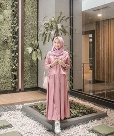 Gamis Katun Polos Kombinasi Modern Simpel Dusty Pink Informasi, Tips dan Foto aneka baju gamis modern terbaru yang lagi trends Hijab Casual, Hijab Chic, Hijab Outfit, Dress Outfits, Casual Dresses, Islamic Fashion, Muslim Fashion, Kebaya Modern Hijab, Muslimah Clothing