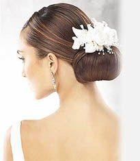White and Gold Wedding. Bridesmaid Hair. Natural Hair. Coiffures cheveux longs - 26- Chignon bas de danseuse - cheveux tirés vers l'arrière