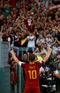 Francesco Totti there will never be a loyal player like you! Best Football Players, Sport Football, Soccer Players, Football Soccer, Barcelona Futbol Club, Fc Barcelona, Totti Francesco, Totti Roma, Juventus Wallpapers
