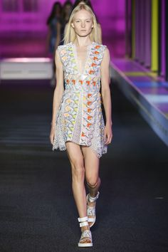 See all the Collection photos from Peter Pilotto Spring/Summer 2015 Ready-To-Wear now on British Vogue Runway Fashion, Fashion Models, Fashion Show, Fashion Design, London Fashion, Ss15 Fashion, High Fashion, Spring 2015 Fashion, Spring Summer 2015