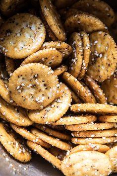 Addicting Baked Seasoned Ritz Crackers – – - Kinds Of Snacks 2020 Crackers Appetizers, Finger Food Appetizers, Yummy Appetizers, Yummy Snacks, Appetizer Recipes, Yummy Food, Crack Crackers, Oyster Crackers, Party Finger Foods