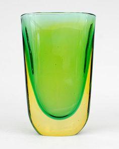 "Botterweg Auctions Amsterdam > Dikwandig glazen ""Summerso"" vaas, groene kern met lichtgele overlay, ontwerp Flavio Poli ca.1955, uitvoering Seguso Vetri d'Arte, Italië"
