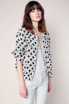 Veste zippée écrue texturée à motifs noirs détail en cuir 1