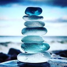 Blue stack of beach glass set against an ocean back drop a nice photograph, clever idea. Colorful Wallpaper, Nature Wallpaper, Wallpaper Backgrounds, Sea Glass Colors, Sea Glass Art, Sea Glass Beach, Stained Glass, Nature Pictures, Beautiful Pictures