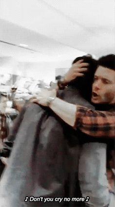 "Supernatural Jensen hugging Jared ""Don't you cry no more"" 😂❤ Jensen Ackles, Jared And Jensen, Supernatural Destiel, Supernatural Wallpaper, Supernatural Seasons, Sam E Dean Winchester, Winchester Brothers, Sam Dean, Jared Padalecki"