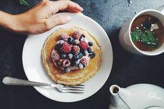 Comecemos pelo básico e obrigatório. O pequeno-almoço! Até parece mentira que isto possa ser saudável! Cheia de proteína, que é o elemento chave para quem treina a proteína ajuda a saciar o nosso estômago logo pela manhã e previne a destruição de músculo, por isso muuuuito importante n...