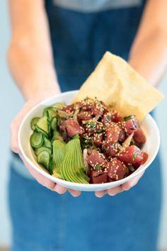 POKE , um prato havaiano feito de peixe em cubos, tiras de abacate e pepino sunomono.