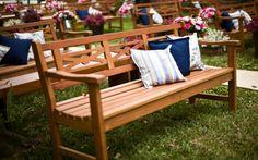 Cerimônia com bancos de madeira rústicos e almofadas!  Se puder ser no Espaço Maison Saint Germain SP  eu tb ficaria muito feliz!!   Espaço perfeito para casamento ao ar livre