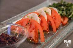 Φρέσκια βουβαλίσια μοτσαρέλα με ντομάτα, ρόκα, ελαιόλαδο από βασιλικό και πάστα από ελιές καλαμών. © Nefeli Maggalousi (Cmyk Photography)