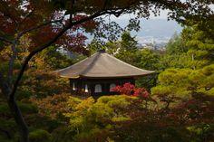 Ginkakuji, the elegant former villa of Ashikaga Yoshimasa by Jean-Marie Hullot. Ciekawe, czy w tym miejscu komary rypią. Japońskie komary.