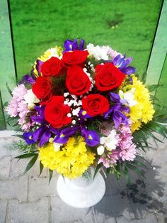 buchet din trandafiri, frezie, iris si crizantema