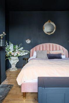 Dark blue bedroom with pink velvet bedframe Dark Blue Bedroom Walls, Blue And Pink Bedroom, Velvet Bedroom, Black Bedroom Decor, Pink Home Decor, Dark Walls, Pink Room, Glam Bedroom, Pink Headboard
