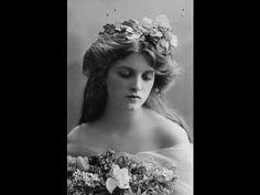Belle Epoque hairstyle with flowers. Portrait of Gladys Cooper Vintage Abbildungen, Vintage Girls, Vintage Beauty, Vintage Clocks, Vintage Woman, Vintage Stuff, Vintage Silver, Belle Epoque, Edwardian Era