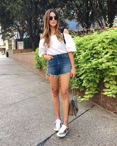 When in spring you are in front of your closet, with no ideas to wear, just think in this chic combo. Gucci Sneakers Outfit, Sneaker Outfits Women, Gucci Outfits, Sneakers Fashion, Fashion Outfits, Gucci Shoes, Paola Style, White Tank, Urban Fashion