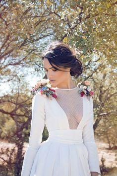 Vestidos de novia, vestido de novia con escote sensual y flores en los hombros…